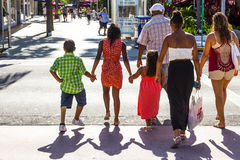 Leute gehen in der Nachmittagssonne in Lincoln Road Stockfotografie