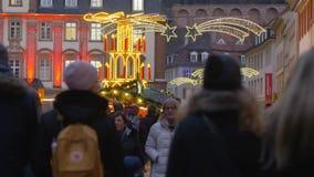 Leute gehen die Straßen mit belichteten Geschäften am Vorabend des Weihnachten und des neuen Jahres stock footage