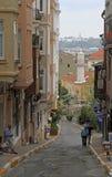 Leute gehen durch die schmale Straße in Istanbul, die Türkei Stockfoto