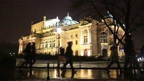 Leute gehen durch Juliusz Slowacki Theatre stock video