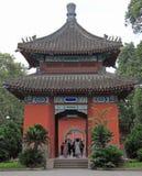 Leute gehen durch Park in Chengdu, China stockfotografie