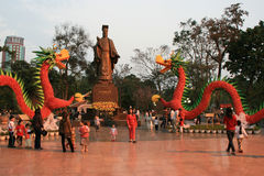 Leute gehen in einen allgemeinen Garten in Hanoi (Vietnam) Lizenzfreie Stockfotos