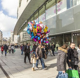 Leute gehen entlang das Zeil im Mittag in Frankfurt Stockfotos