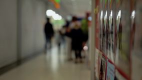Leute gehen entlang den Supermarktkorridor, die Reflexionen stock video footage