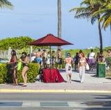 Leute gehen entlang die Promenade am Ozean-Antrieb im Südstrand Lizenzfreie Stockbilder