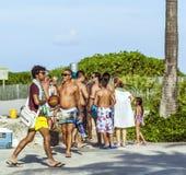 Leute gehen entlang die Promenade am Ozean-Antrieb im Südstrand Stockbilder