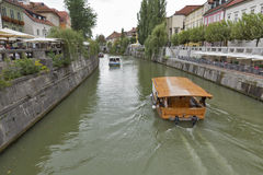 Leute gehen entlang Ljubljanica-Fluss in Ljubljana, Slowenien Stockfotografie
