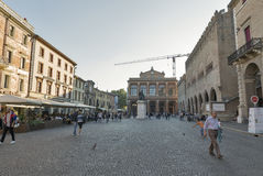 Leute gehen entlang Marktplatz Cavour in Rimini, Italien Stockbild