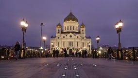Leute gehen entlang patriarchalische Brücke nahe Kathedrale von Christus der Retter stock video