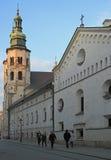 Leute gehen fast St- Andrewkirche in Krakau, Polen Stockbild