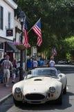 Leute gehen hinunter die Straße am alten Stadt-Warrenton-Vater ` s Tagescar show lizenzfreies stockbild