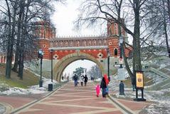 Leute gehen in Richtung zu einer alten Brücke in Tsaritsyno-Park in Moskau Stockbilder