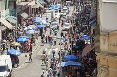 Leute gehen in Straße am 25. März, Stadt Sao Paulo, Brasilien Lizenzfreies Stockfoto