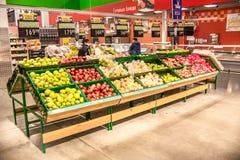 Leute gehen um das Mall und kaufen Lebensmittel und tägliche Waren Shop, der Produkte verkauft Leute mit dem Warenkorbschauen lizenzfreie stockfotografie