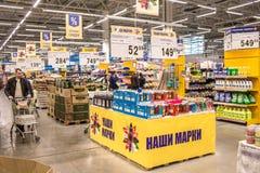 Leute gehen um das Mall und kaufen Lebensmittel und tägliche Waren Shop, der Produkte verkauft Leute mit dem Warenkorbschauen stockbild