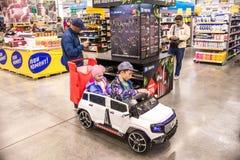 Leute gehen um das Mall und kaufen Lebensmittel und tägliche Waren Shop, der Produkte verkauft Leute mit dem Warenkorbschauen stockfotografie