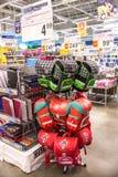 Leute gehen um das Mall und kaufen Lebensmittel und tägliche Waren Shop, der Produkte verkauft Leute mit dem Warenkorbschauen stockfoto