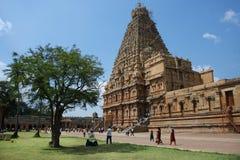 Leute gehen um den alten indischen Tempel Stockbilder