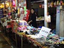 Leute gehen und das Einkaufen in der alte Stadtthailändischen Kultur genießen Lizenzfreies Stockfoto