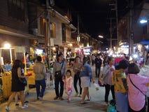 Leute gehen und das Einkaufen in der alte Stadtthailändischen Kultur genießen Stockfoto