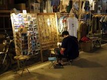 Leute gehen und das Einkaufen in der alte Stadtthailändischen Kultur genießen Lizenzfreie Stockbilder