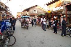 Leute gehen und das Einkaufen in der alte Stadtthailändischen Kultur genießen Stockfotografie