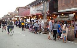 Leute gehen und das Einkaufen in der alte Stadtthailändischen Kultur genießen Stockbild