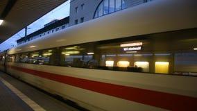 Leute gehen und warten mit dem Zug, der in Anschluss läuft, senden und empfangen Passagiere an Bahnhof Mannheims Hauptbahnhof stock footage