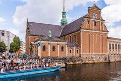 Leute gehen von Kanalboot an Holmens-Kirche, Kopenhagen weg Stockbild