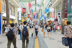 Leute in gehender Straße von Sapporo, Japan Stockbild