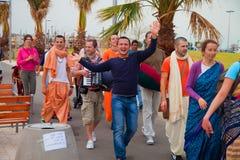 Leute gekleidet als Krishnaists an Purim-Feiern Lizenzfreie Stockfotos
