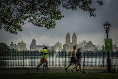 Leute gelaufen in den Central Park, New York Stockfotos