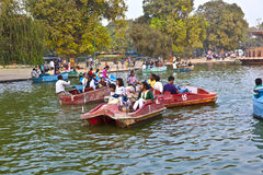 Leute genießen Bootfahrt an Lizenzfreie Stockfotografie