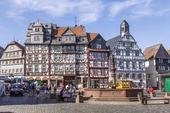 Leute genießen den schönen mittelalterlichen Marktplatz in Butzbach Stockfotografie