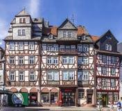 Leute genießen den schönen mittelalterlichen Marktplatz in Butzbach Stockbild