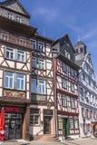 Leute genießen den schönen mittelalterlichen Marktplatz in Butzbach Stockfotos