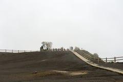 Leute genießen die Ansicht zum Krater des Irazu-Vulkans vom Standpunkt in Cartago, Costa Rica Lizenzfreies Stockbild