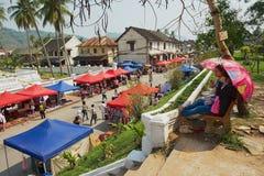 Leute genießen die Ansicht zum zentralen Straßenmarkt während Lao New Year-Feier in Luang Prabang, Laos Stockbild