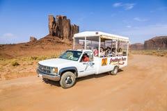 Leute genießen die Fahrt mit dem Auto im Monument-Tal Stockfotos