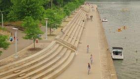 Leute genießen die Küstenlinie am Pittsburgh-Punkt-Nationalpark stock footage