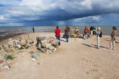 Leute genießen die Seeansicht am Kolka-Kap in Kolka, Lettland lizenzfreies stockfoto