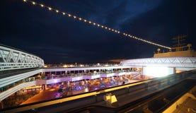 Leute genießen Nachtparty auf Plattform des Kreuzschiffs Lizenzfreies Stockfoto
