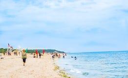 Leute genießen Sommerseestrand mit Familie stockbild
