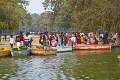 Leute genießen Bootfahrt an Lizenzfreie Stockbilder