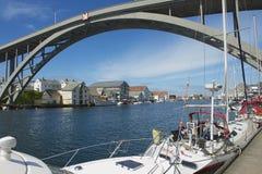 Leute genießen die Ansicht des Flussufers von Haugesund-Stadt in Haugesund, Norwegen Lizenzfreies Stockbild