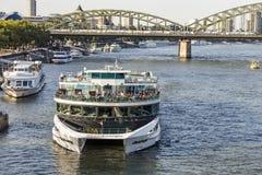 Leute genießen die Kreuzfahrt auf Fluss Rhein am späten Nachmittag Stockfotografie