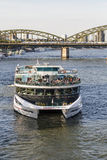 Leute genießen die Kreuzfahrt auf Fluss Rhein am späten Nachmittag Stockfoto