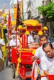 Leute geschlagene chinesische traditionelle Trommel im chinesischen Drachen tanzen an Stadt Bangkoks China stockbild
