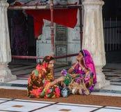 Leute am goldenen Tempel in Amritsar, Indien Stockbilder