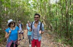 Leute gruppieren mit Rucksack-Trekking auf Forest Path, jungen Männern und Frau auf Wanderung lizenzfreies stockfoto